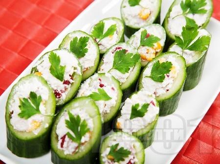Коктейлни хапки - пълнени краставици с извара - снимка на рецептата